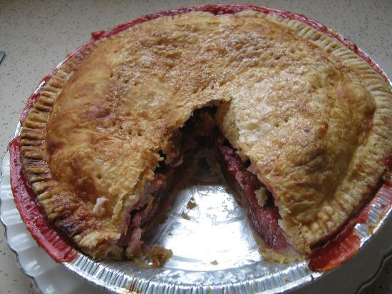 Cedar House Bakery and Restaurant : Cedar House strawberry/rhubarb pie.