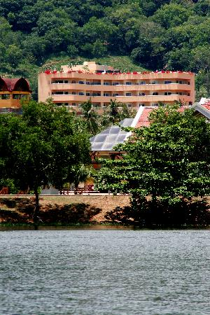 Pacific Club Resort: Pacific Club as seen from the beachside lake
