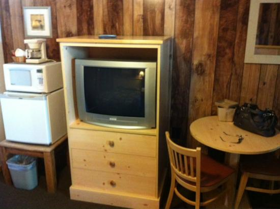 Green Gables Motel: Furniture is a mix of whatever, but there was a fridge and micro