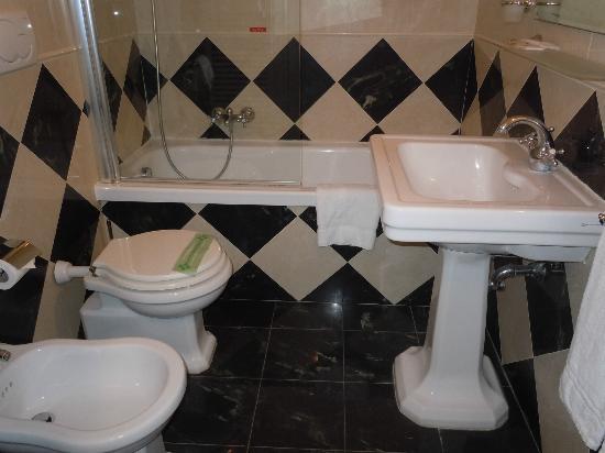 "A La Locanda di Orsaria: ""superior"" room bathroom"