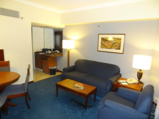 Embassy Suites by Hilton Caracas: sala de la habitacion