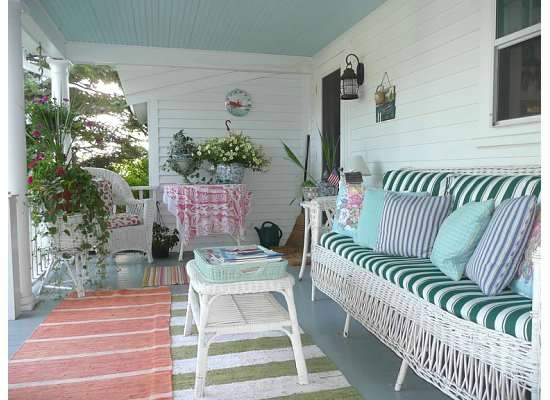 Topsides Bed and Breakfast: Back porch for relaxation