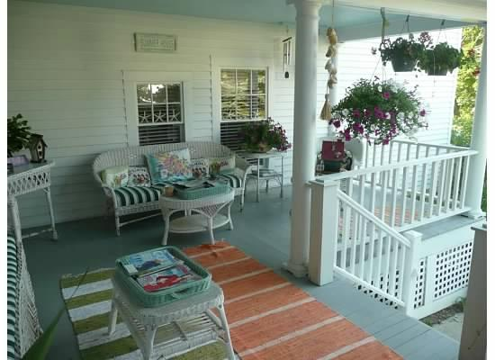 Topsides Bed and Breakfast: Porch area for gathering
