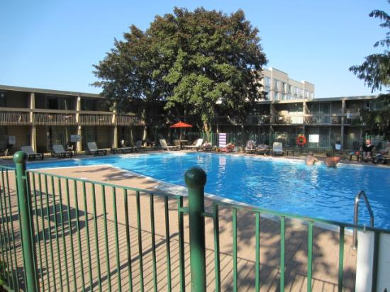 Holiday Inn Sarnia Hotel & Conf Center: Outdoor Pool