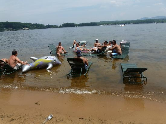 Anchorage at the Lake : friends relax on beach