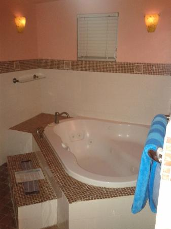 LemonTree Oceanfront Cottages: Jacuzzi in Banana Suite