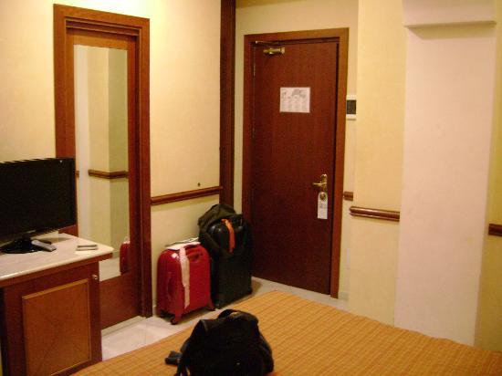 Hiberia Hotel: Entrada Habitacion