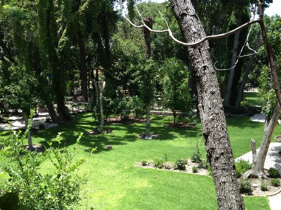 Hotel El Relox: Beautiful gardens, you can walk around and have a peaceful stroll