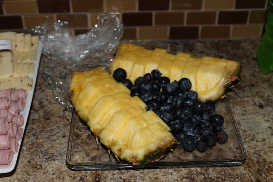 Escape for Two Bed & Breakfast: pineapples and blueberries