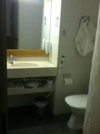 Holiday Inn Helsinki-Vantaa Airport: bathroom sink