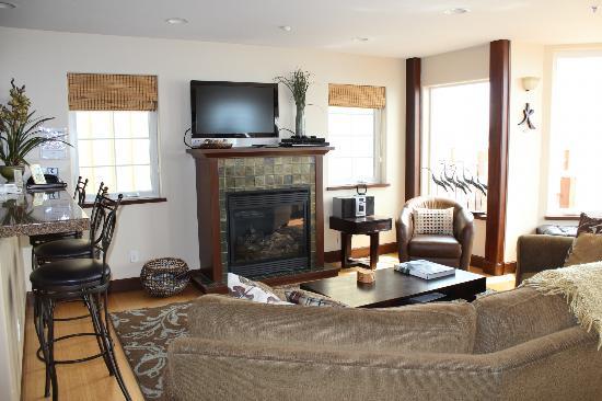 Land's End Resort: iving room unit 717