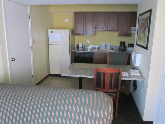 Sonesta ES Suites Cleveland Airport: kitchen area