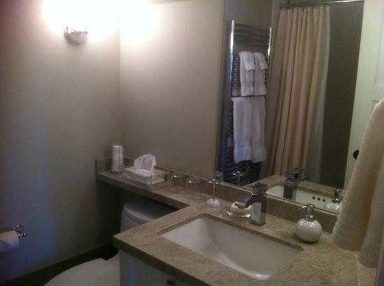 Annex Garden Bed & Breakfast and Suites: Queen Room ensuite bathroom