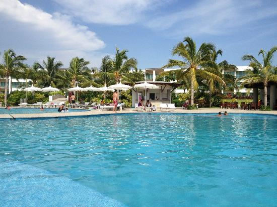 Mayan Palace Acapulco: You can find at the pool area beds, chairs and regular beach lounges