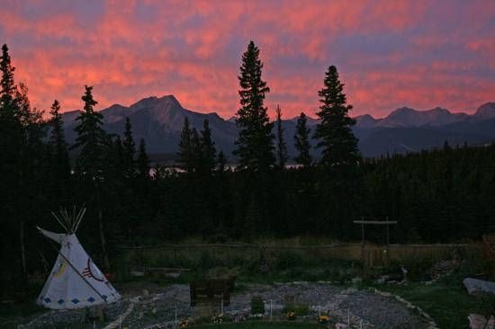 Blue Diamond Mountain Bed & Breakfast: Sunrise from guest deck at Blue Diamond Mountain B&B
