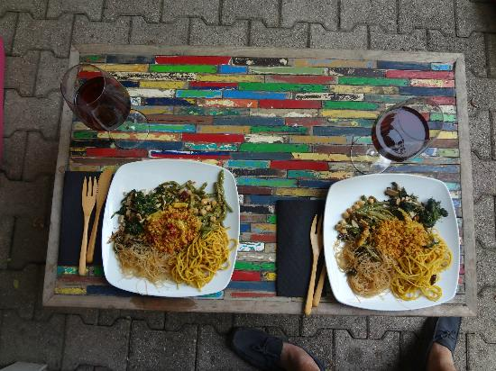 The Beehive: Vegan Diner and Vino - Eat Outside!!!