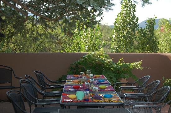 Casa Cuma Bed & Breakfast: Breakfast outdoors at the Casa