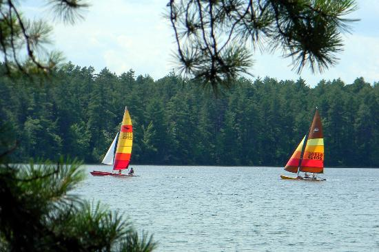 Tamworth, Nueva Hampshire: Sail boats on the lake