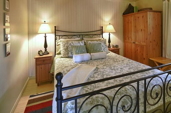 Anchor Point: Queen size bedroom