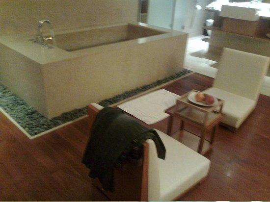 City Suites Taipei Nanxi: 我們住的是有窗的套房,浴缸在小客廳旁邊。
