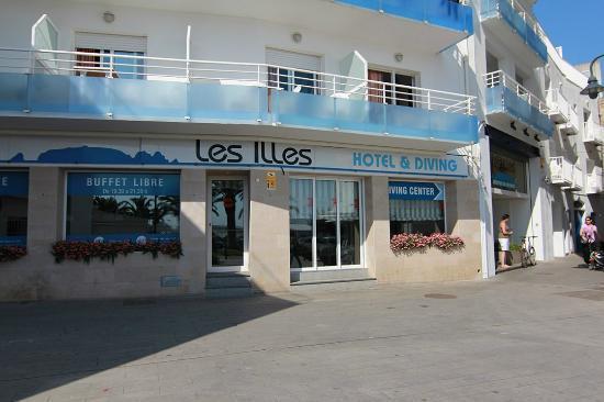 Centro de buceo Les Illes: The front entrance to the hotel/dive shop
