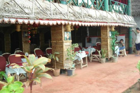 WoodHouse Beach Resort: spa and book shop