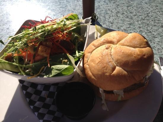 Cow Cafe: Cow classic burger with green salad