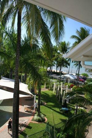 Coral Sands Beachfront Resort: The view to the beach
