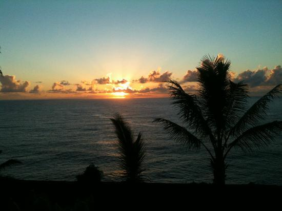The Palms Cliff House Inn: Sunrise from the private lanai