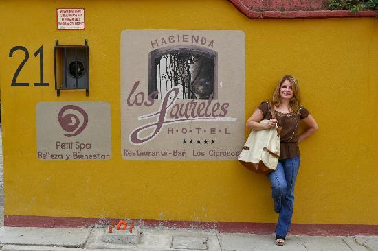 Hacienda Los Laureles-Spa: waiting for a cab outside of the hotel