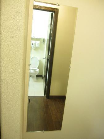 Travelodge Pharr/McAllen: Espejo de cuerpo completo al salir del baño