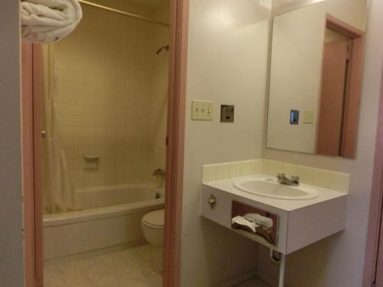 Akai Motel: バスルームと洗面台