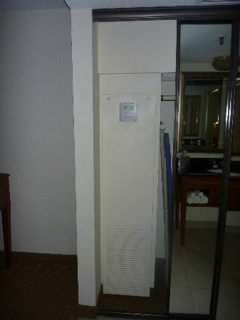 DoubleTree Suites by Hilton Hotel Seattle Airport - Southcenter: Temperature thermostat located in closet