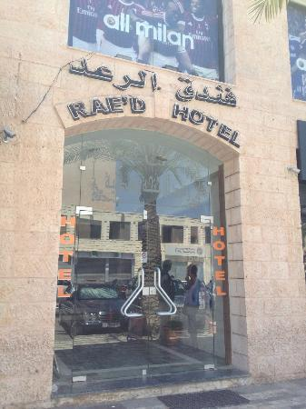 Rae'd Hotel Suites: 横の入り口から見た外観(ADIDASの隣にある)