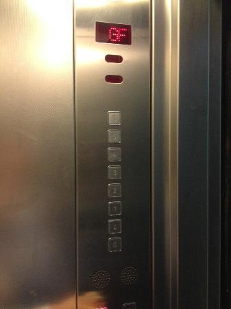 """Rae'd Hotel Suites: エレベータのボタンを良く見ると""""L""""は、""""7""""の逆さ!!!この階で朝食をとります"""