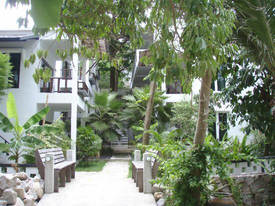 In Touch Resort & Restaurant : Studio rooms set back in the beautiful tropical gardens