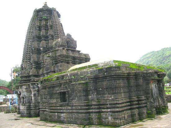 Ahmadnagar, อินเดีย: The exterior of the 1100 years old Amruteshwar-Shiv Mandir