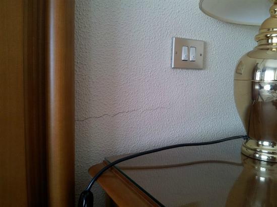 Crepe nei muri - Foto di Garden Hotel, San Giovanni la Punta ...