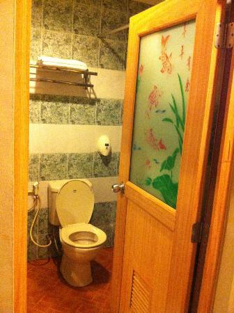 89 Hotel: Washroom 2