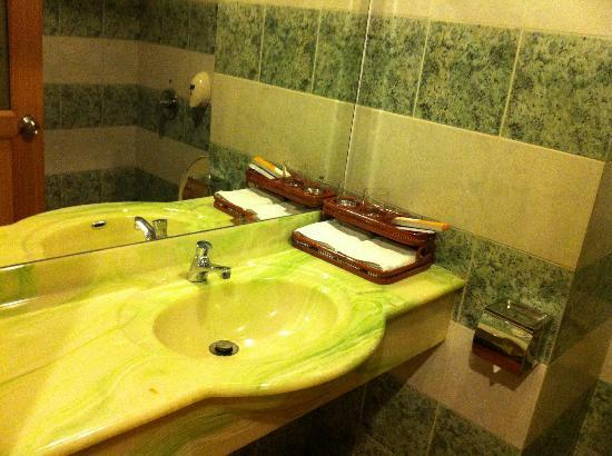 89 Hotel: Washroom 1