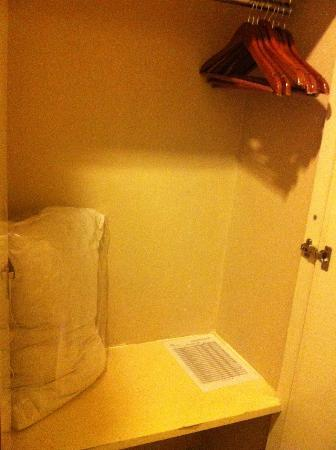โรงแรม 89: Cupboard