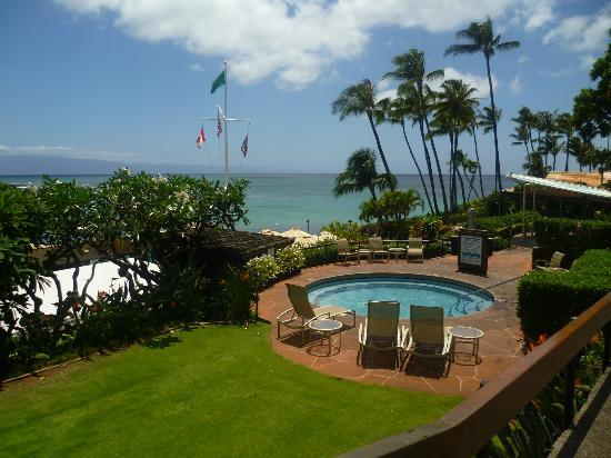Napili Kai Beach Resort: Idromassaggio e baia sullo sfondo