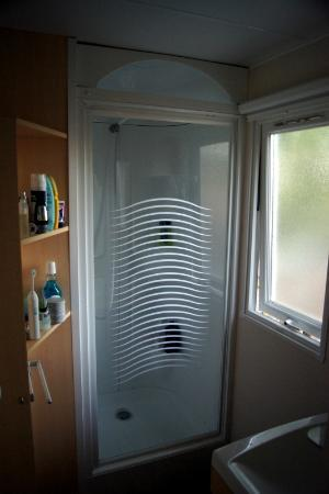 Holiday Green Resort & Spa: Excellent shower room