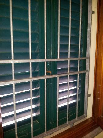 Hotel Alassio: La finestra della camera - queste inferriate incutono timore