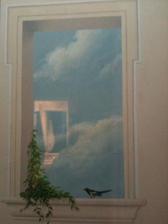 Hotel Le Regent: Blick aus dem Fenster auf eine (verschönerte) Wand.