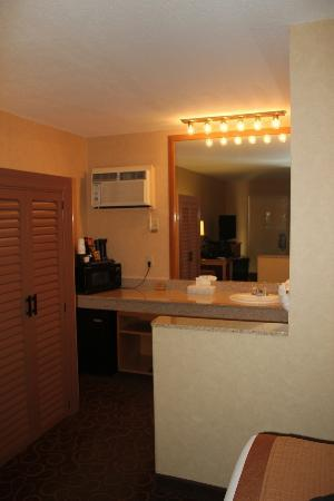 Best Western Plus Pavilions: counter area w/ mini fridge, a/c, microwave and sink