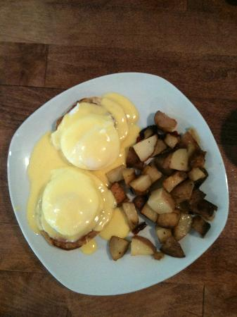 Forest Falls Cafe: Eggs Benedict with Homefries