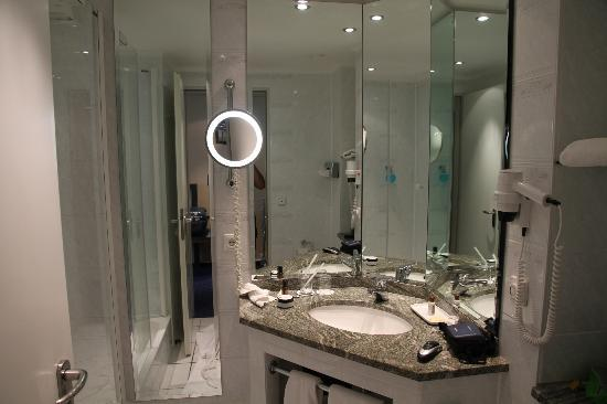 Sheraton Offenbach Hotel: Bathroom