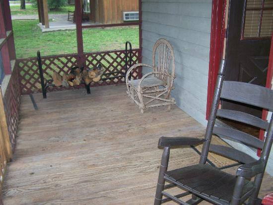 The Smoke House Lodge & Cabins: The front Porch
