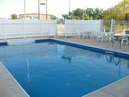 Quality Inn & Suites: Outside pool